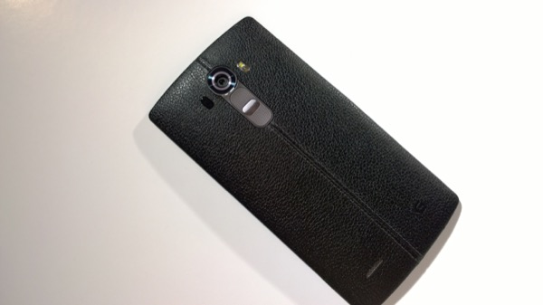 Here in black leather trim, the slightly curved form of the LG G4 fits in the hand beautifully...