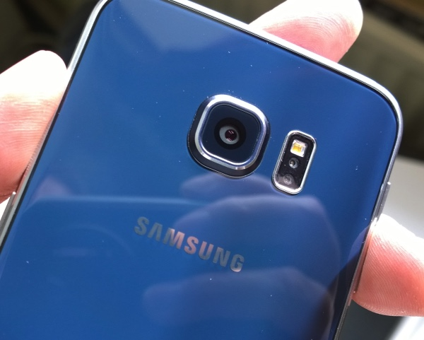 Samsung Galaxy S6 Edge - the camera, LED flash and heart rate sensor cluster