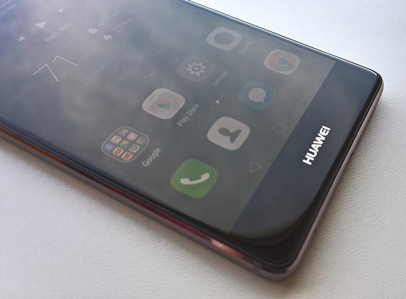 Huawei P9 - oblique view of display and bottom logo
